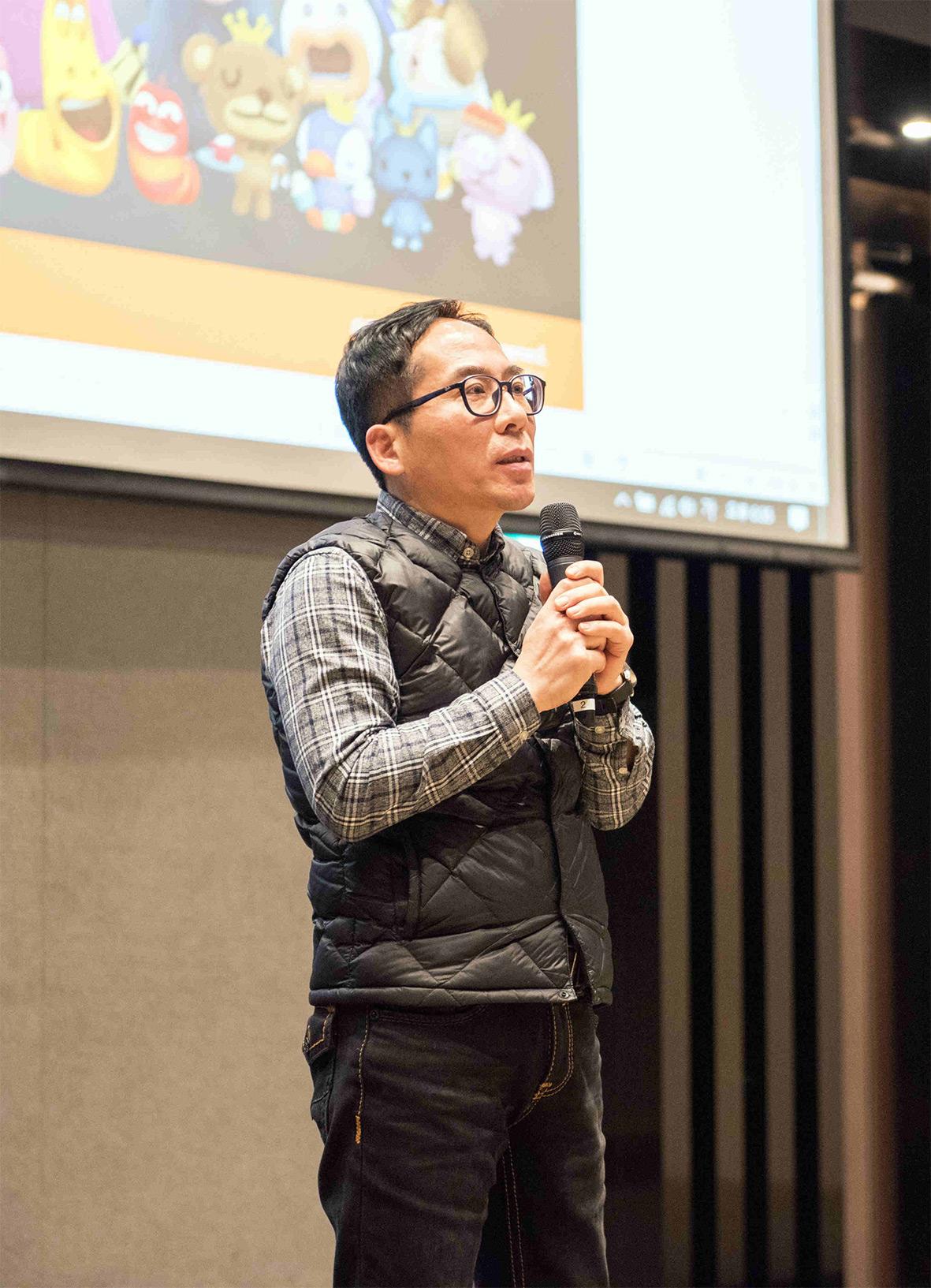 투바앤 김광용 대표가 제주에서 진행된 전직원 워크샵에서 인사말을 하고 있다.